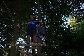 Hervé s'apprêtant à descendre le long d'un arbre