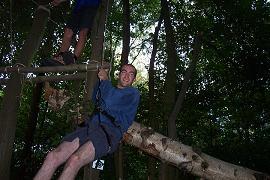 Ronan, chef pendant le camp, teste la corde