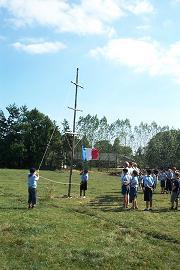 À la fin du rassemblement, deux des nouveaux loups baissent le drapeau français.